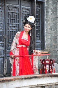 Eine chinesische Frau meistert den Spagat zwischen Tradition und Moderne mit Bravour.